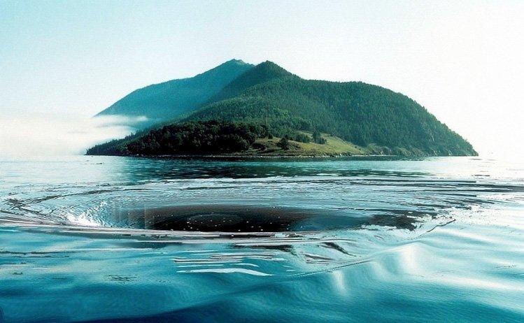Это место расположено в глубоководной части Байкала. Свое название «Чертова воронка» оно получило из-за странных явлений, происходящих тут 1-2 раза в год. В хорошую погоду, при полном штиле, здесь внезапно образовывается огромная воронка...
