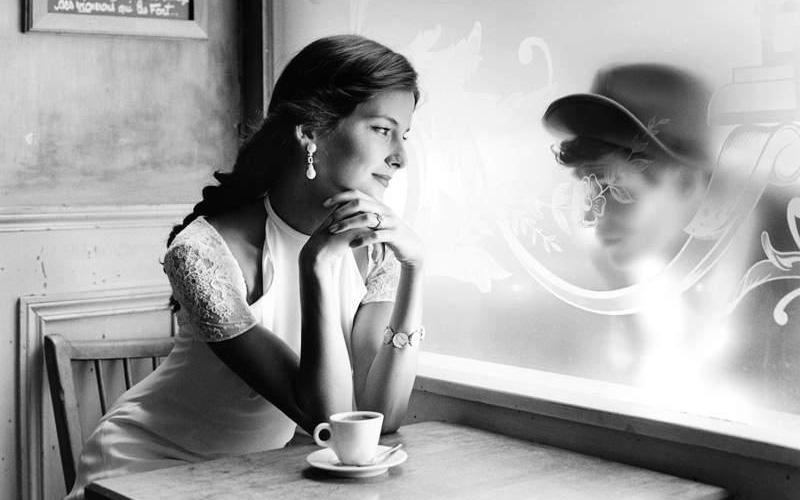 Мы стояли с моим мужем в кафе и пили кофе. Муж был молод и красив, и я его любила. На мне было старое пальто, которое портило мне жизнь. Я мучилась комплексом неполноценности и ненавидела это пальто, которое не грело, а только уродовало меня. Кафе было дешевым, а кофе невкусным. И я мечтала, что когда-нибудь мы будем пить хороший кофе в красивом ресторане, и я буду модно одета. А муж смотрел на меня сияющими глазами, он меня любил и не знал, о чем я печалюсь. …Он умер молодым, а я осталась. И…